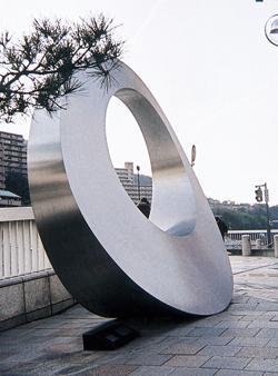 都市をアートする彫刻家 マルタ・パン「枠どられた風景」(1993年)